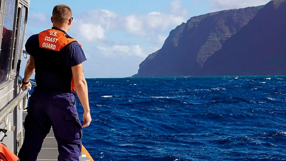 Πρώτα θύματα της Χαβάη συντριβή ελικοπτέρου εντοπίστηκαν, ένα σώμα εξακολουθούν να αγνοούνται