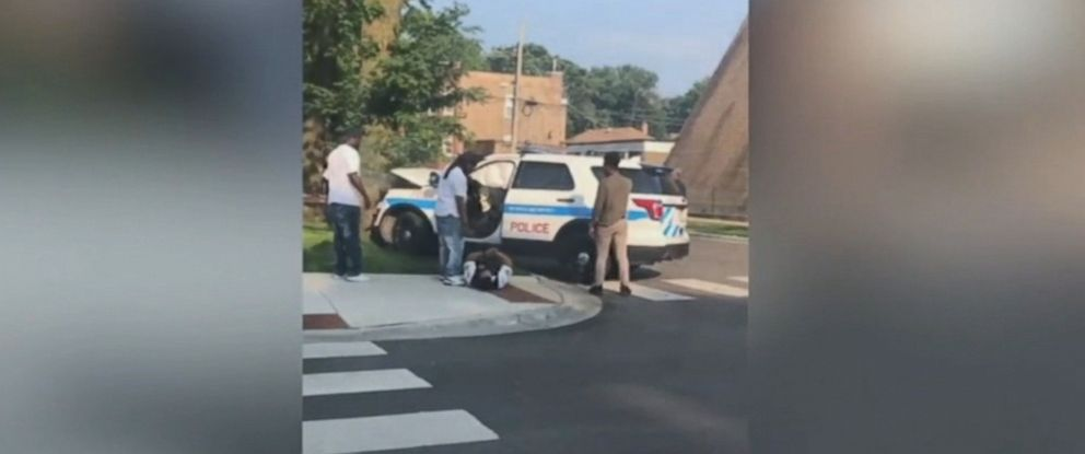 PHOTO: Good Samaritans rushed to help a Chicago police officer after a car accident.