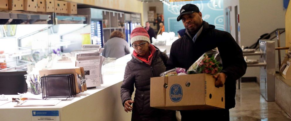 PHOTO: Nate Manning helps his friend and TSA worker Ebony Grays, carry a box of food she received at the Lakeview Pantry in Chicago, Jan. 14, 2019.