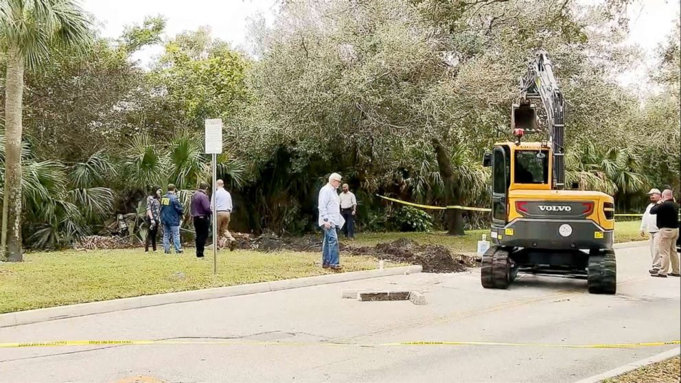 PHOTO: Authorities investigate a 50-yard tunnel leading from a wooded area to a Chase bank in Pembroke Pines, Fla.