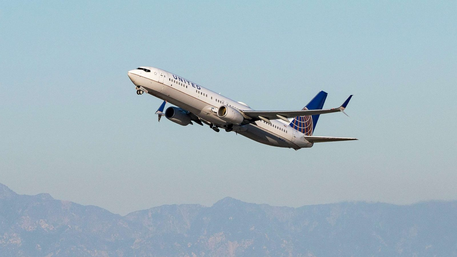 Man With Coronavirus-Related Symptoms Dies After Having Medical Emergency on United Flight