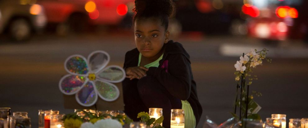 PHOTO: A girl looks at a makeshift memorial for shooting victims at the Las Vegas Strip and Sahara Avenue in Las Vegas, Oct. 4, 2017.