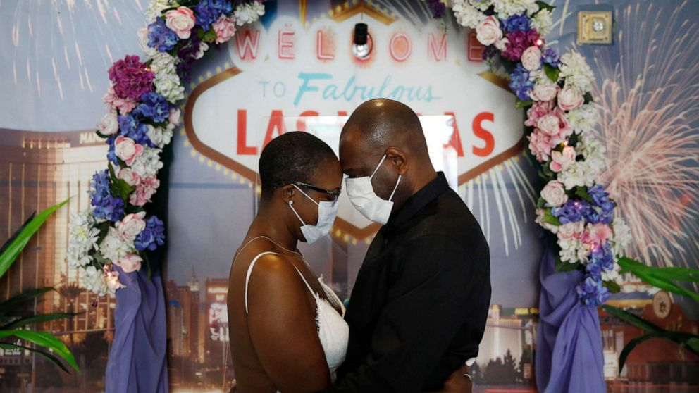 Using Face Masks And Sanitizer Couples Say I Do In Vegas Abc News