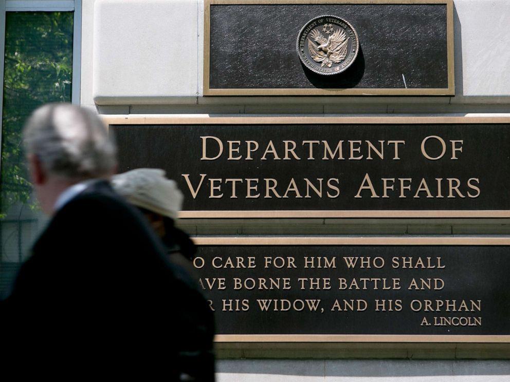 PHOTO: Pedestrians walk past the U.S. Department of Veterans Affairs (VA) headquarters in Washington, D.C., May 10, 2013.