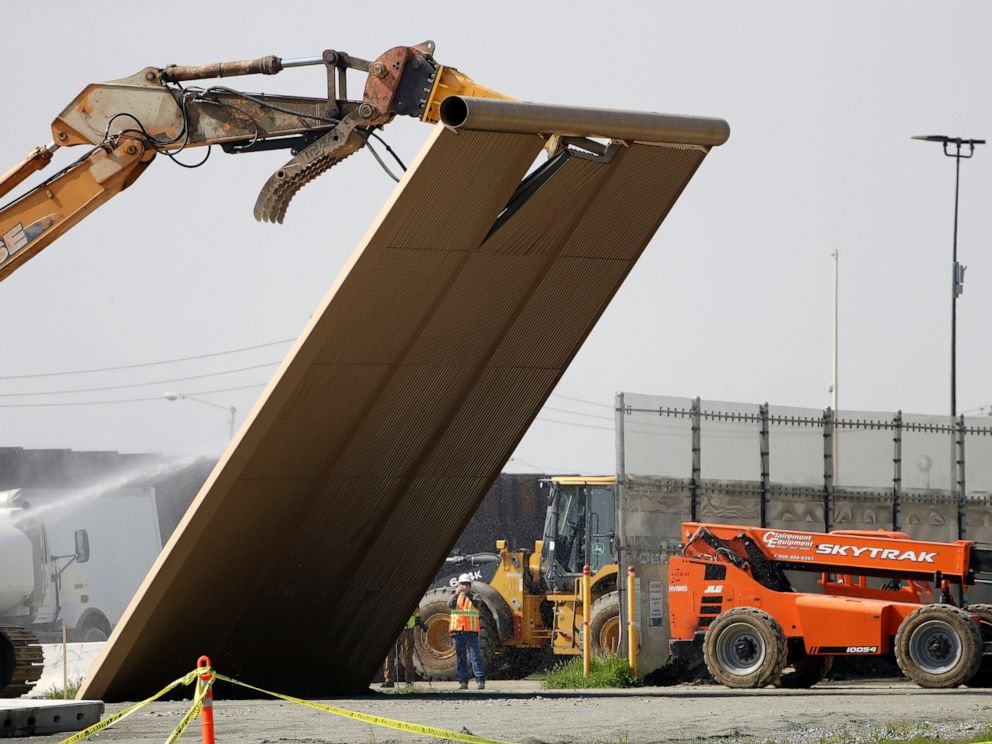 FOTO: In deze foto van februari 27, 2019 valt een prototype van de grensmuur tijdens de sloop aan de grens tussen Tijuana, Mexico en San Diego.