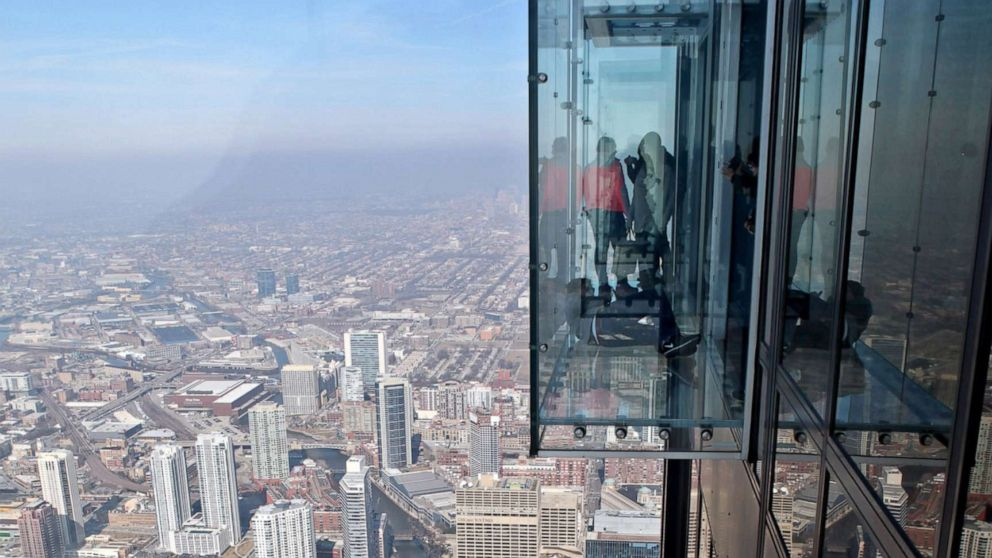 Cracks Appear On Floor Of Glass Viewing Platform In Chicago S