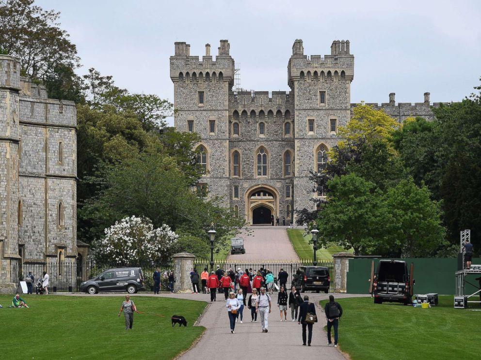 PHOTO: People walk outside Windsor Castle in Windsor, U.K., May 16, 2018.