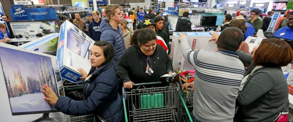 PHOTO: Shoppers purchase electronics and other items at a Best Buy on Nov. 26, 2015 in San Diego, Calif.
