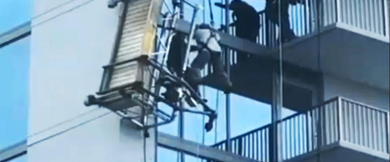 VIDEO: Workers left dangling after scaffold collapse in Atlanta