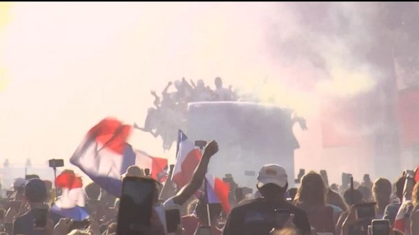 Paris gives heroes' welcome to World Cup champions