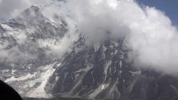 Flying through Mount Everest, the world's tallest mountain range