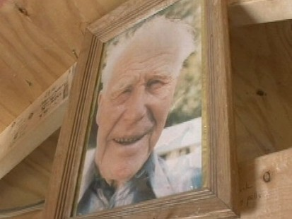 VIDEO:Frozen Grandfather Draws Crowds