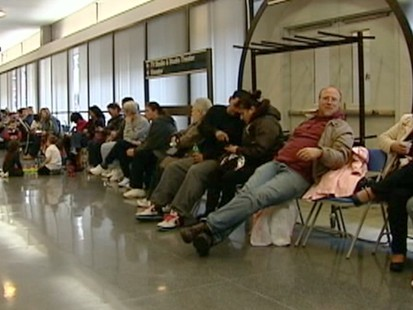 VIDEO: Despite H1N1 vaccine production being on track, many still wait on long lines.