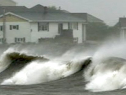 VIDEO: Rogue Wave Pulls Onlookers Into Atlantic