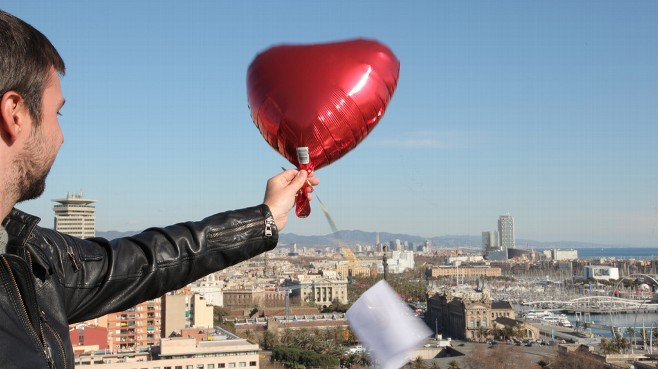 VIDEO: Brazilian thanks city residents with theater tickets tied to balloons.