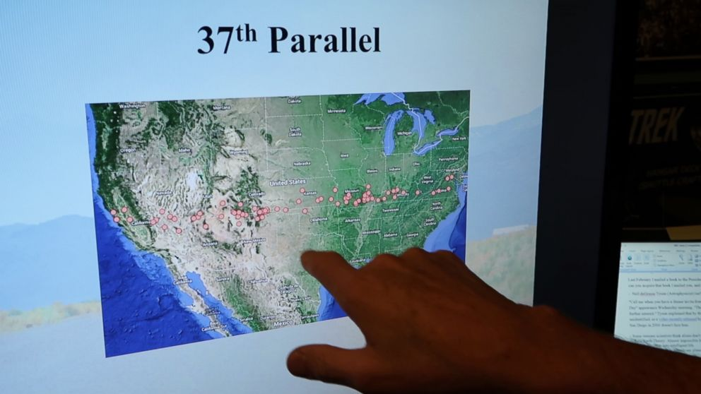 PHOTO: Chuck Zukowski points out what he believes are alien sightings along the 37th degree parallel of the United States in Colorado Springs, Colo.