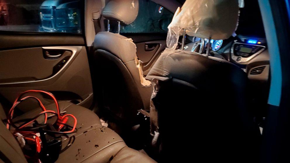 Tragen die Schuld für die Schäden am Fahrzeug in Alaska Flughafen Parkplatz